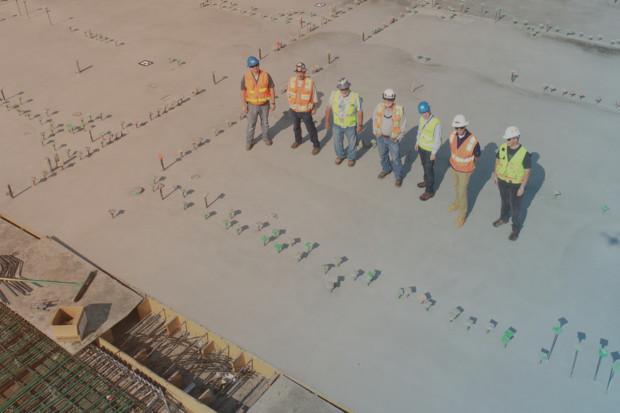 Bauarbeiter präsentieren ihre Betonarbeit
