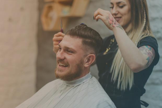 Eine Friseurin schneidet Haare
