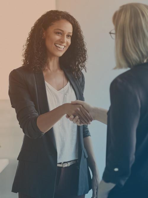 Beraterin begrüßt Kundin des Jobcenter Kreis Viersen