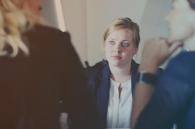 Drei Personen einem Gespräch im Jobcenter Kreis Viersen