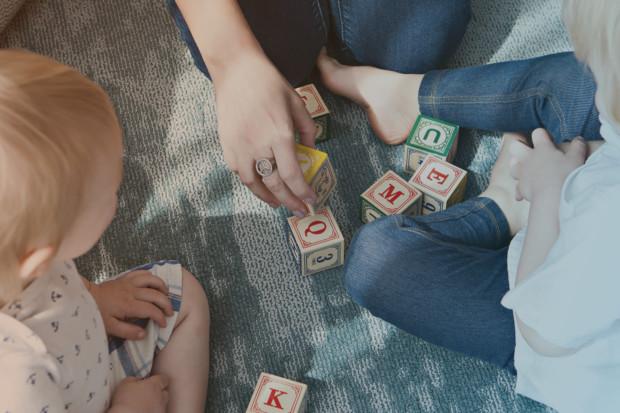 Kinder spielen mit Ihrer Mutter