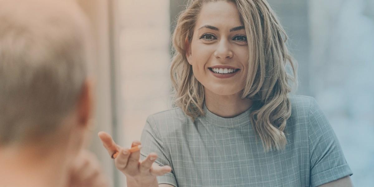 Eine Beraterin des Jobcenter Kreis Viersen redet mit einem Kunden